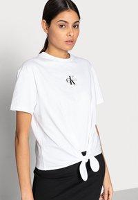 Calvin Klein Jeans - KNOTTED TEE - Triko spotiskem - white - 4