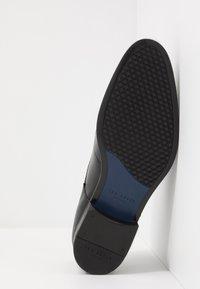 Ted Baker - VATTAL - Elegantní šněrovací boty - black - 4
