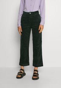 Monki - NILLA TROUSERS - Trousers - green dark - 0