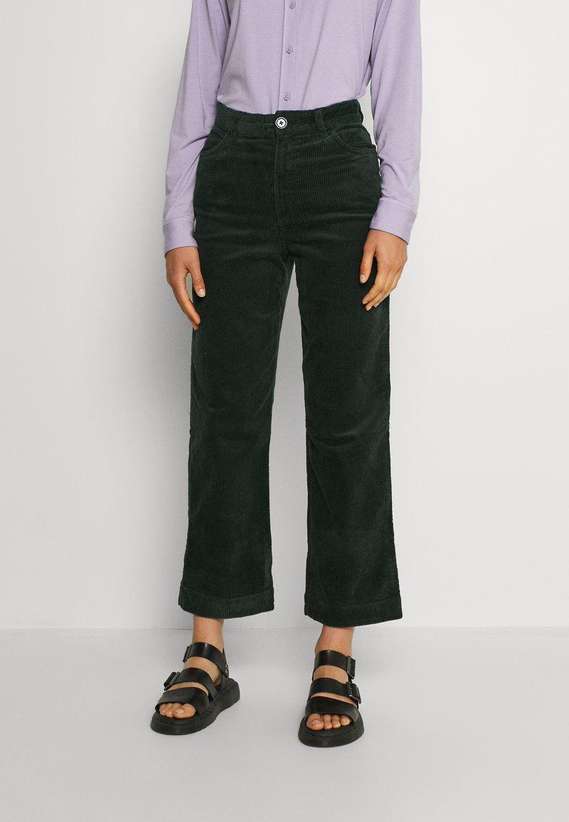Monki - NILLA TROUSERS - Trousers - green dark