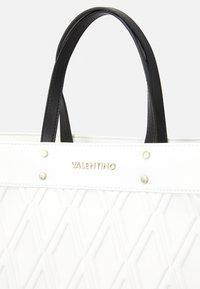 Valentino Bags - PEPA - Torba na zakupy - bianco - 4