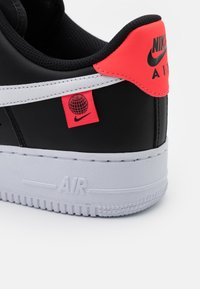 Nike Sportswear - AIR FORCE 1 '07 UNISEX - Sneakersy niskie - black/white/flash crimson