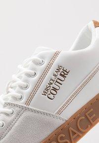 Versace Jeans Couture - FONDO CASSETTA - Zapatillas - bianco ottico - 5