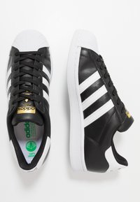 adidas Originals - SUPERSTAR VEGAN - Tenisky - core black/footwear white/gold metallic - 4