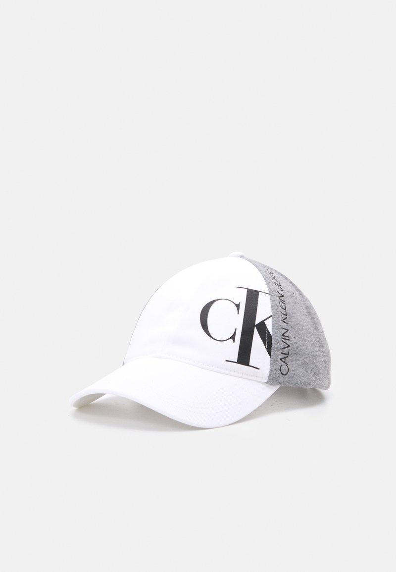 Calvin Klein Jeans - HYBRID LOGO BASEBALL UNISEX - Lippalakki - bright white