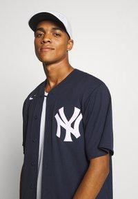 Nike Performance - MLB NEW YORK YANKEES OFFICIAL REPLICA HOME - Artykuły klubowe - team dark navy - 4