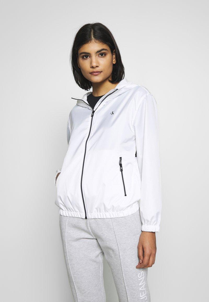 Calvin Klein Jeans - LARGE LOGO HOODED ZIP THROUGH - Summer jacket - bright white