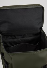 Rains - MOUNTAINEER BAG UNISEX - Rygsække - green - 4