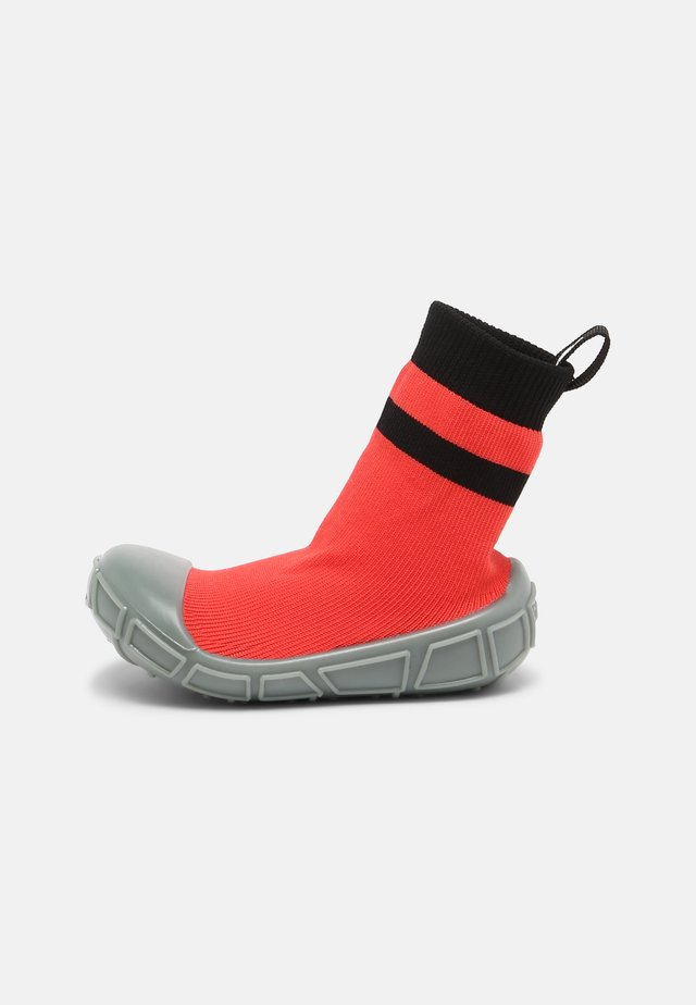 SOCKS IN A SHELL UNISEX - First shoes - red