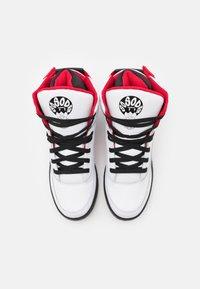 Ewing - 33 X SO SO DEF - Zapatillas altas - white/black/red - 3