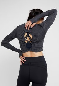 Free People - FP MOVEMENT SWERVE LONG SLEEVE LAYER - T-shirt à manches longues - carbon - 2
