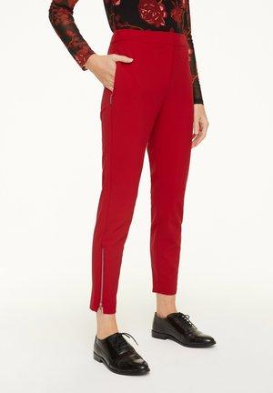 MIT REISSVERSCHLUSS-DETAIL - Trousers - red