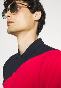 Tommy Hilfiger - DIAGONAL COLORBLOCK REGULAR - Polo shirt - desert sky/white/primary red - 4