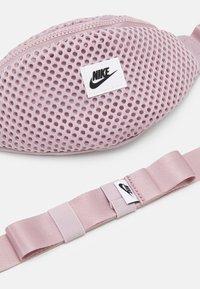 Nike Sportswear - AIR WAIST PACK - Ledvinka - plum chalk/black - 3