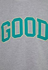 GOODBOIS - ALUMNI CREWNECK - Mikina - grey - 2
