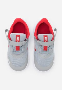 Nike Performance - REVOLUTION 5 FLYEASE - Neutral running shoes - light smoke grey/university red/photon dust