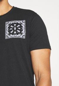 AllSaints - BADMANNA CREW - Print T-shirt - jet black/optic white - 4