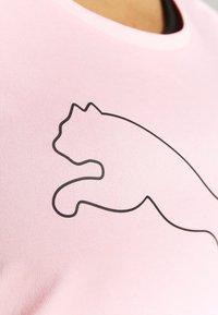 Puma - PERFORMANCE CAT TEE  - Camiseta estampada - elektro peach - 3