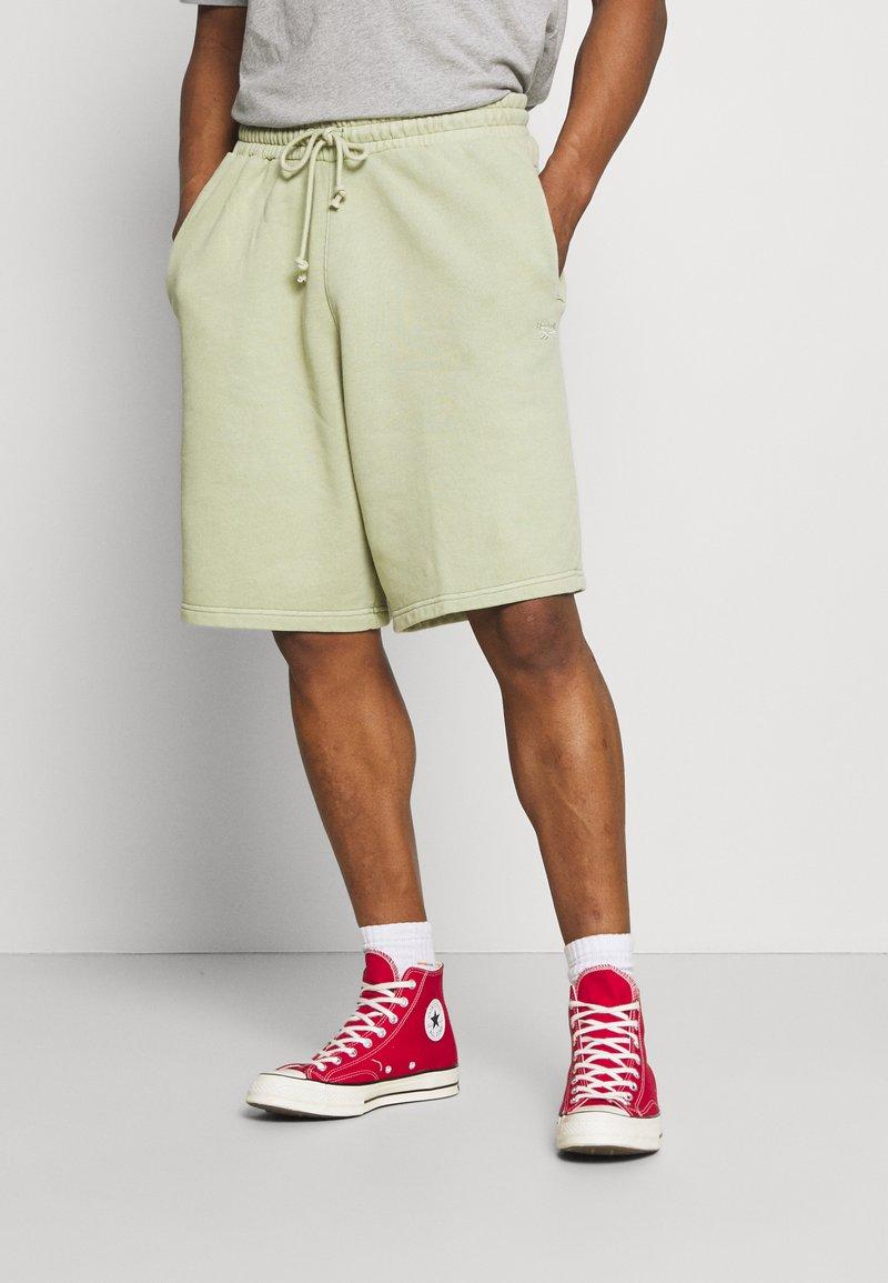 Reebok Classic - CLASSIC NATURAL DYE - Pantalones deportivos - harmony green