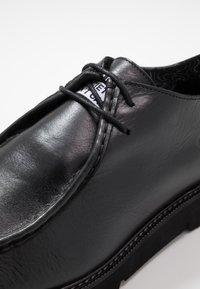 Society - BARLOW APRON DERBY - Šněrovací boty - black waxy - 5