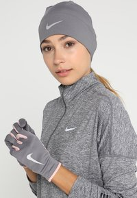 Nike Performance - WOMENS RUN DRY HAT AND GLOVE SET - Guantes - gunsmoke/storm pink/silver - 1
