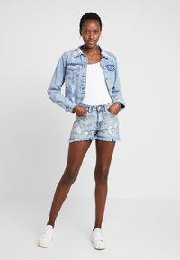 Lez a Lez - JAQUETA - Veste en jean - blue denim - 1