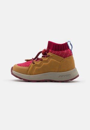 LOIKKA UNISEX - Hiking shoes - cabernet/rose