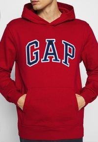 GAP - ARCH  - Bluza z kapturem - lasalle red - 5