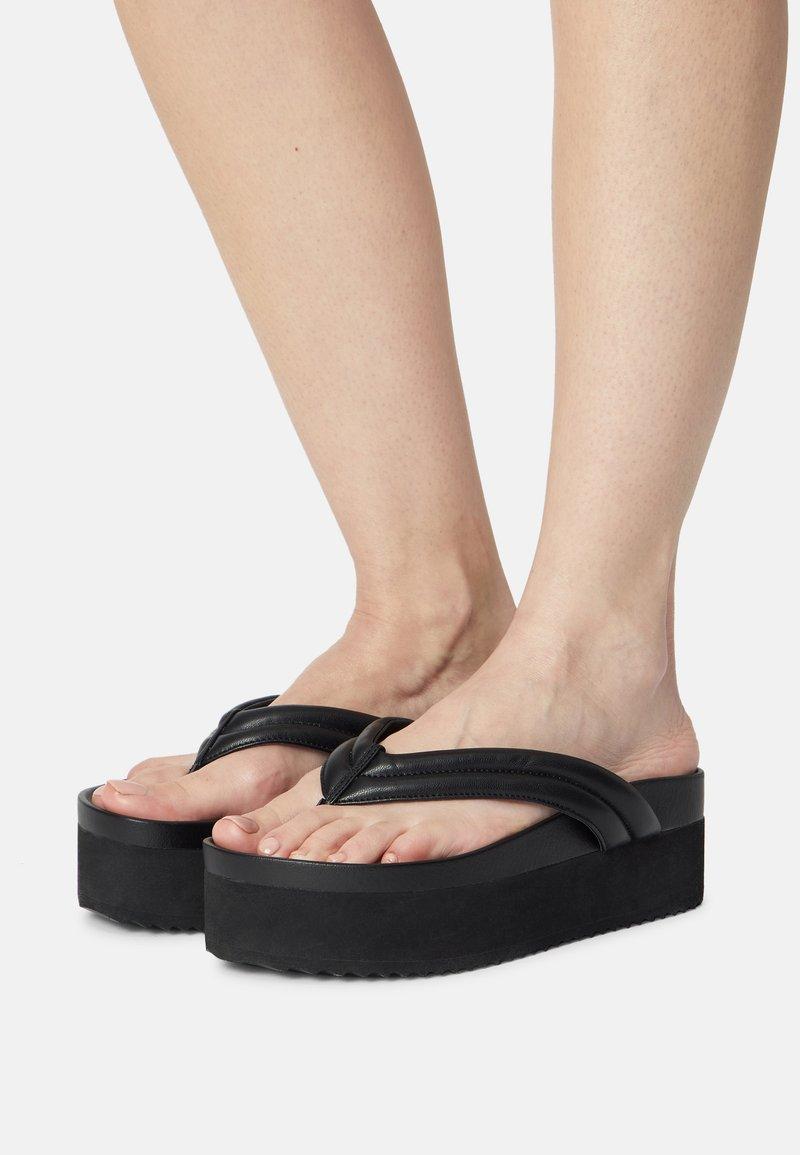 Monki - Sandály s odděleným palcem - black