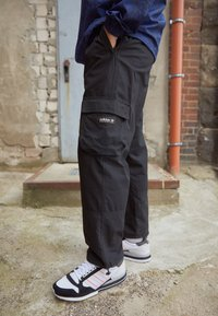 adidas Originals - CARGO PANT UNISEX - Cargobyxor - black - 2