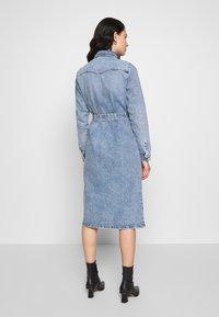 Pieces - SHIRT DRESS - Robe en jean - light blue denim - 2
