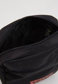 Levi's® - MINI CROSSBODY SOLID BATWING - Taška spříčným popruhem - regular black - 5