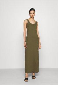 Vero Moda - Maxi šaty - ivy green - 0