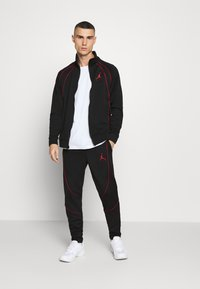 Jordan - JUMPMAN AIR SUIT - Kevyt takki - black/gym red - 1