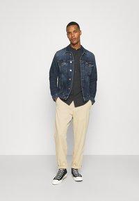 Tommy Jeans - REGULAR TRUCKER JACKET - Denim jacket - denim dark - 1