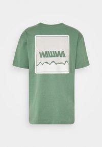 WAWWA - UNISEX NUUK SAGE - T-shirt z nadrukiem - green - 1