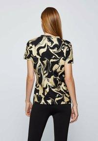 BOSS - C ELOGO GOLD ZAL - Print T-shirt - patterned - 2
