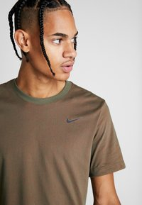 Nike Performance - DRY TEE CREW SOLID - Basic T-shirt - cargo khaki/team orange/black - 3