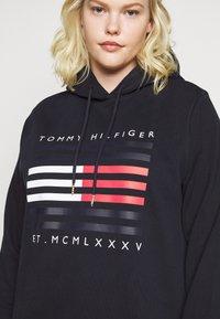 Tommy Hilfiger Curve - REGULAR FLAG HOODIE - Hoodie - desert sky - 6