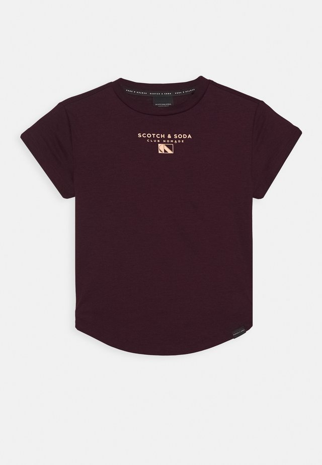 CLUB NOMADE BASIC TEE WITH SMALL CHEST ARTWORK - T-shirt imprimé - burned plum
