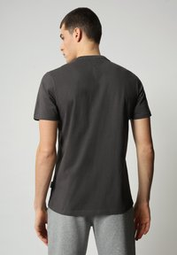 Napapijri - S-SURF FLAG - Print T-shirt - dark grey solid - 2