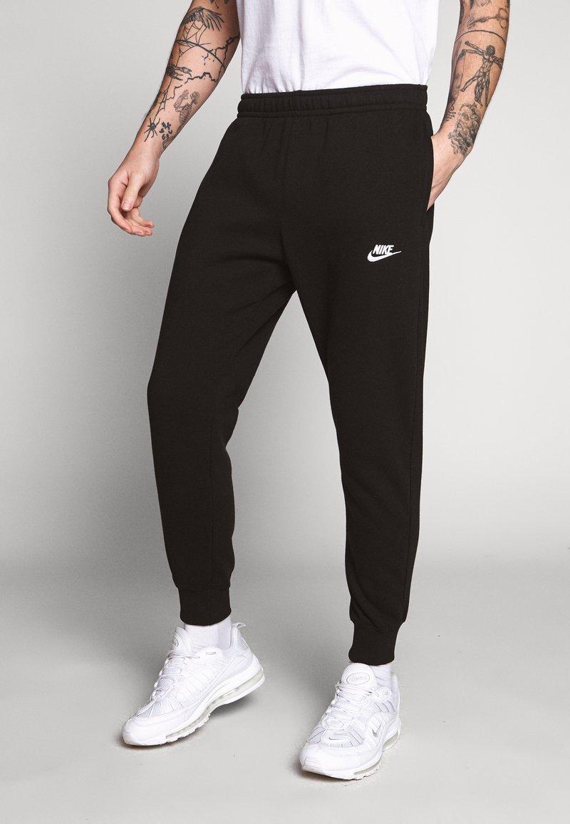 Nike Sportswear - CLUB - Teplákové kalhoty - black/black/dark grey/(white)