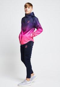 SIKSILK - ILLUSIVE LONDON JUNIORS  - Zip-up hoodie - navy/neon pink - 1