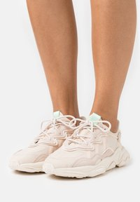 adidas Originals - OZWEEGO  - Trainers - halo ivory/chalk white - 3