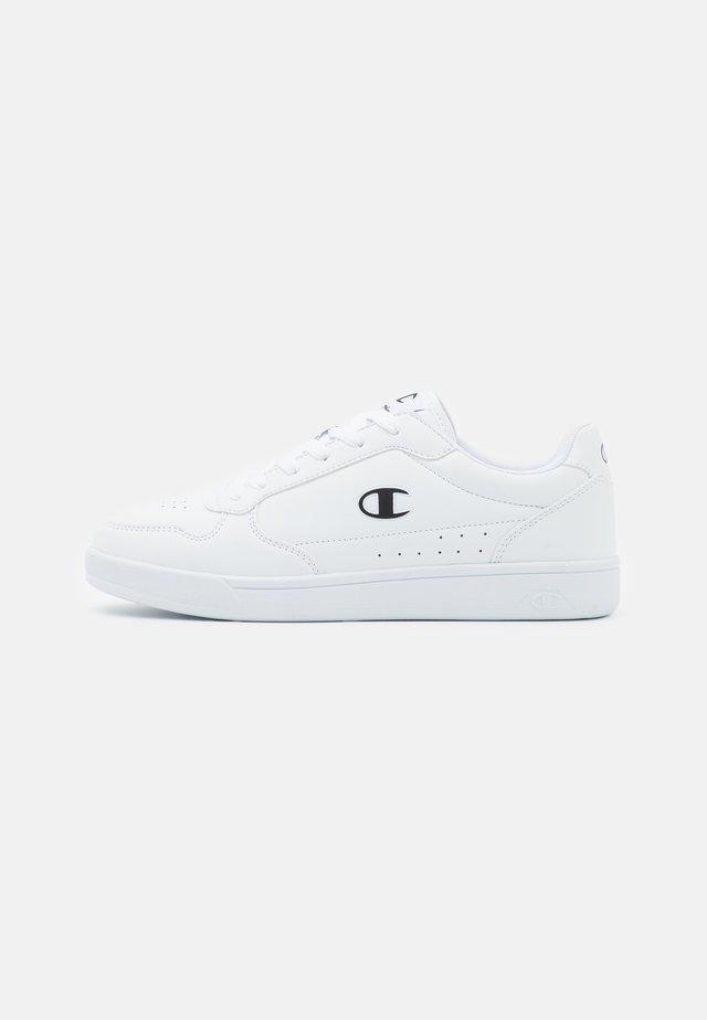 NEW COURT 2.0 - Chaussures d'entraînement et de fitness - white