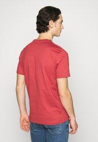 Calvin Klein - FRONT LOGO - T-shirt imprimé - red - 2