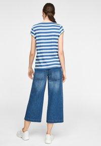 comma casual identity - MIT SCHMUCK-DETAIL - Print T-shirt - royal blue stripes - 5