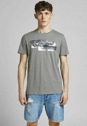 JORCALIBRUSH TEE CREW NECK - Print T-shirt - sedona sage