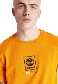 Timberland - SS LOGO PLAY - Print T-shirt - dark cheddar - 3