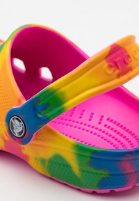 Crocs - CLASSIC TIE DYE GRAPHIC - Pantofle - electric pink/multicolor - 5